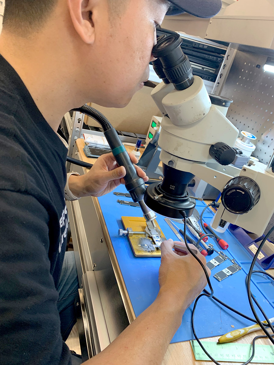 Microsoldering at Repair Wireless
